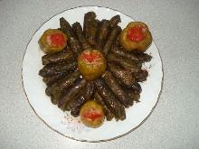 Dolma: hoja de parra rellena de arroz, carne y cebolla.